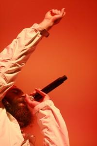El cantante matisyahu sobre fondo naranja